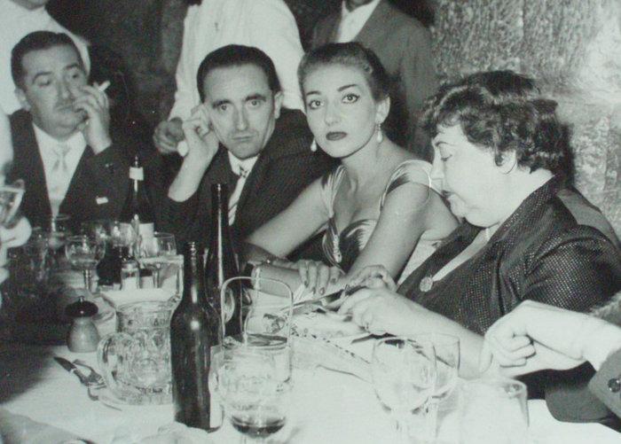 Με την Ελβίρα ντε Ιντάλγκο και τη συντροφιά τους σε νυχτερινή έξοδο (1954)
