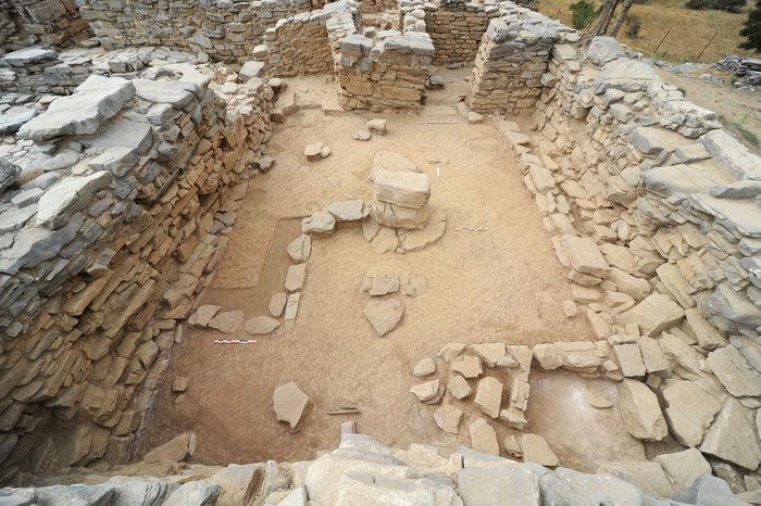 Οι μεγάλες αίθουσες του ανακτόρου στήριζαν τους επάνω ορόφους με κεντρικούς πεσσούς ή κίονες