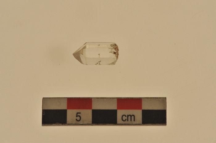 Πάμπολλα τμήματα ορείας κρυστάλλου που προέρχονται από το εργαστήριο του συγκροτήματος εντοπίσθηκαν σε όλους τους χώρους του