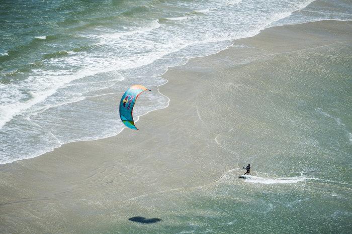 Εντυπωσιακές εικόνες από διαγωνισμό kitesurf στη Βραζιλία - εικόνα 6
