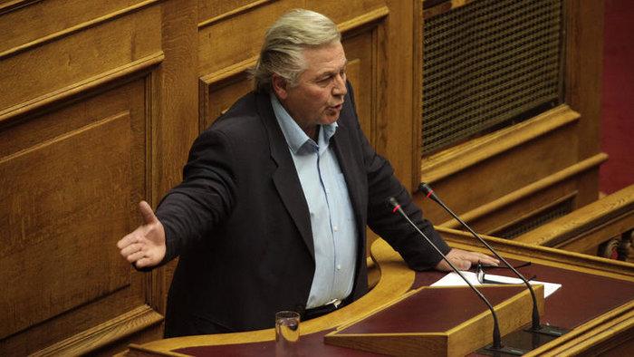 Βουλευτής κολύμπησε στη Βούλα και λέει ότι δεν είδε κηλίδα!