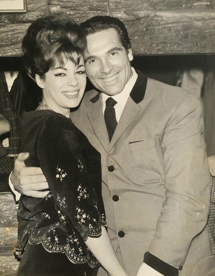 Με την καλλονή τραγουδίστρια, Μάριον Σίβα