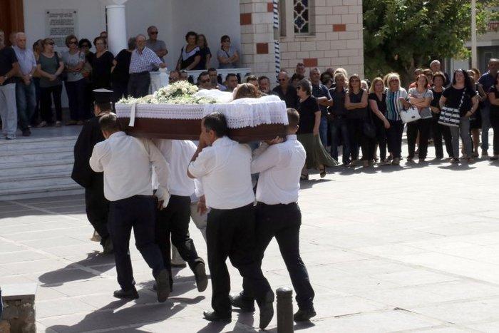 Θρήνος στην κηδεία της 33χρονης που πέθανε στο σχολείο των παιδιών της - εικόνα 2