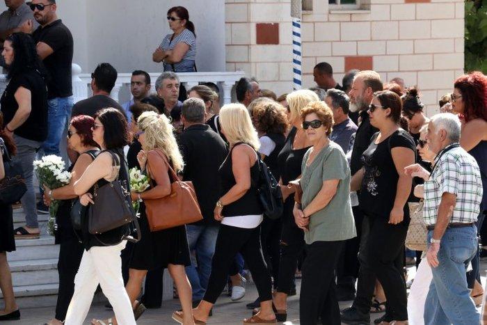 Θρήνος στην κηδεία της 33χρονης που πέθανε στο σχολείο των παιδιών της - εικόνα 3