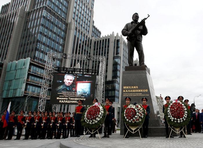 Το Καλάσνικοφ έγινε... άγαλμα στο κέντρο της Μόσχας