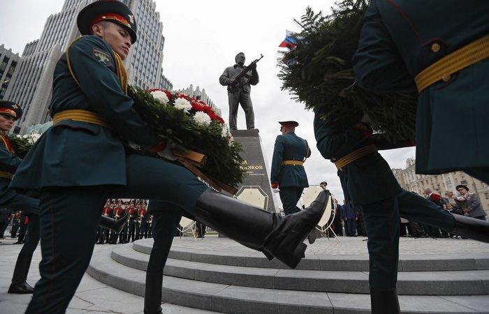 Το Καλάσνικοφ έγινε... άγαλμα στο κέντρο της Μόσχας - εικόνα 3