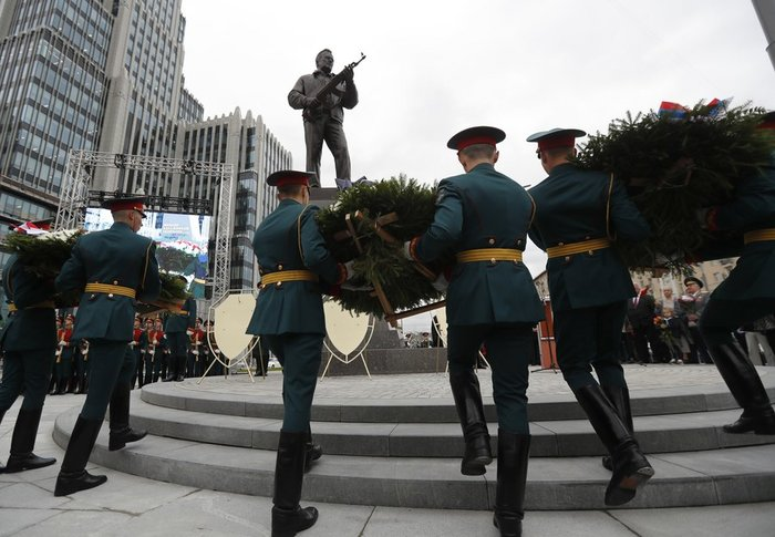 Το Καλάσνικοφ έγινε... άγαλμα στο κέντρο της Μόσχας - εικόνα 4