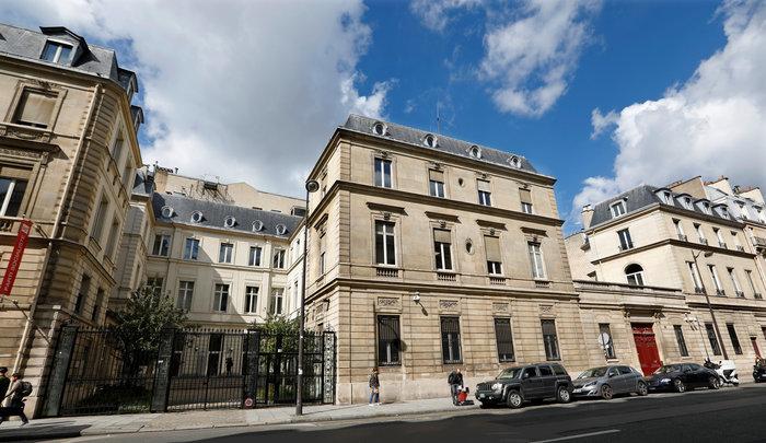 Γαλλία: Το σοσιαλιστικό κόμμα βάζει πωλητήριο στα γραφεία του