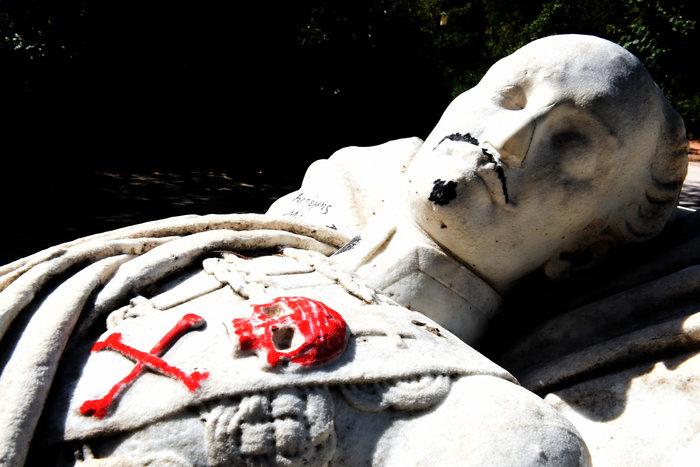Γέμισαν ναζιστικά σύμβολα τον τάφο του Αλέξανδρου Υψηλάντη (Εικόνες)