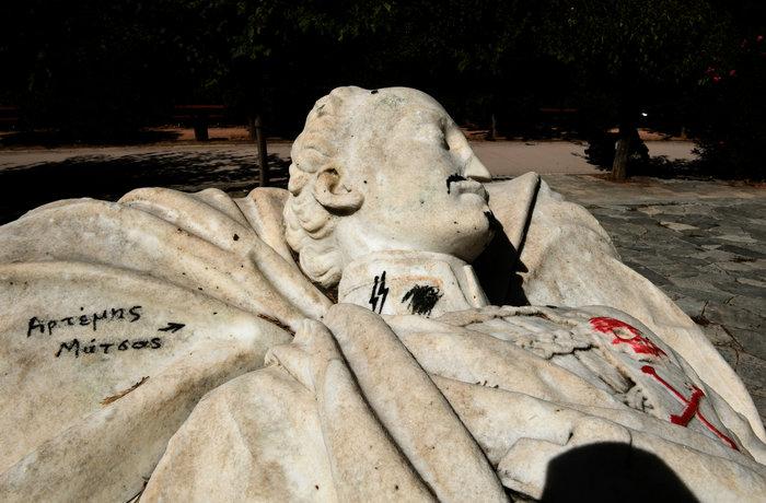 Γέμισαν ναζιστικά σύμβολα τον τάφο του Αλέξανδρου Υψηλάντη (Εικόνες) - εικόνα 2
