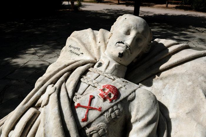 Γέμισαν ναζιστικά σύμβολα τον τάφο του Αλέξανδρου Υψηλάντη (Εικόνες) - εικόνα 3