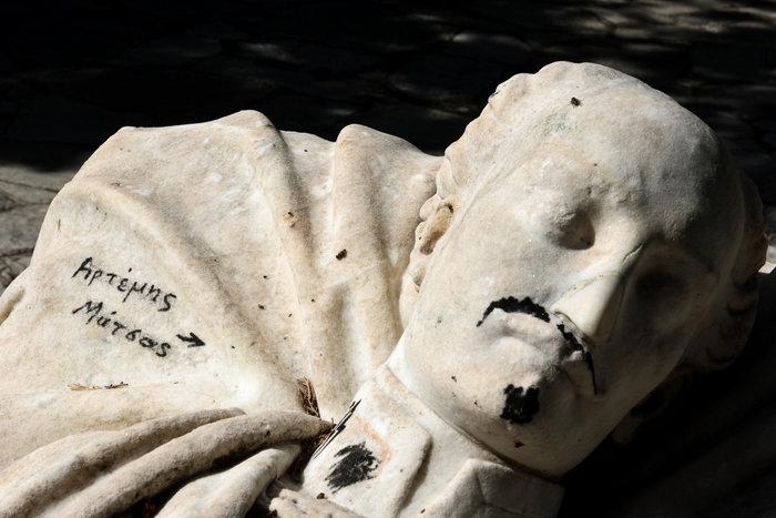 Γέμισαν ναζιστικά σύμβολα τον τάφο του Αλέξανδρου Υψηλάντη (Εικόνες) - εικόνα 4