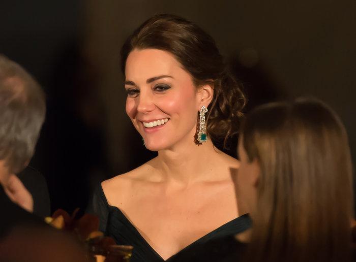 Διαμαντένιο σκουλαρίκι με απόληξη σε σμαράγδι σε μια από τις βραδινές εμφανίσεις της Κέιτ