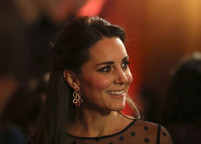 Ενα από τα 40 ζευγάρια σκουλαρίκια που διαθέτει η μελλοντική Βασίλισσα της Αγγλίας