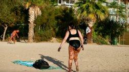 Φωτογραφία-σοκ: Γυναίκα βγαίνει από τη θάλασσα του Π. Φαλήρου γεμάτη πίσσα