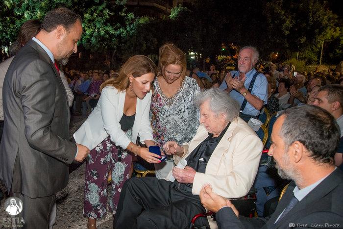 Ο Πρόεδρος της ΕΣΤΙΑΣ Νέας Σμύρνης κ. Ιωάννης Παπαδάτος απονέμει τιμής ένεκεν Έπαινο και το Χρυσό Μετάλλιο της Εστίας στον σπουδαίο Έλληνα συνθέτη Μίκη Θεοδωράκη