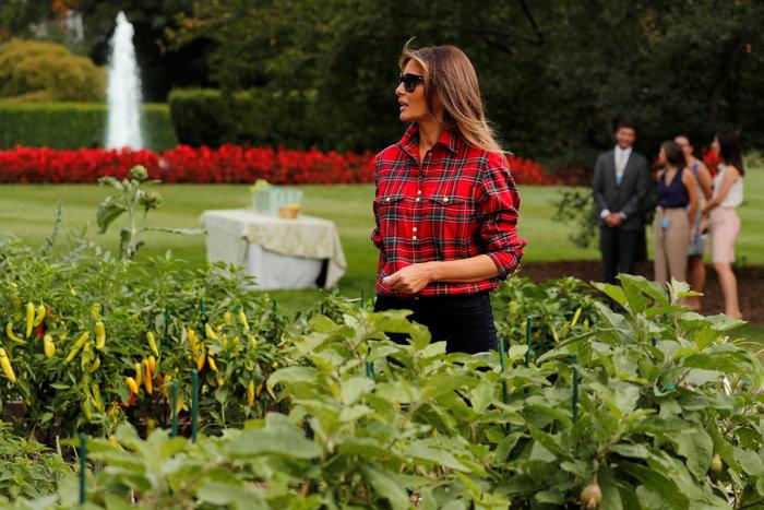 Η Μελάνια σε ρόλο κηπουρού στον Λευκό Οίκο με πουκάμισο 1.300 δολαρίων