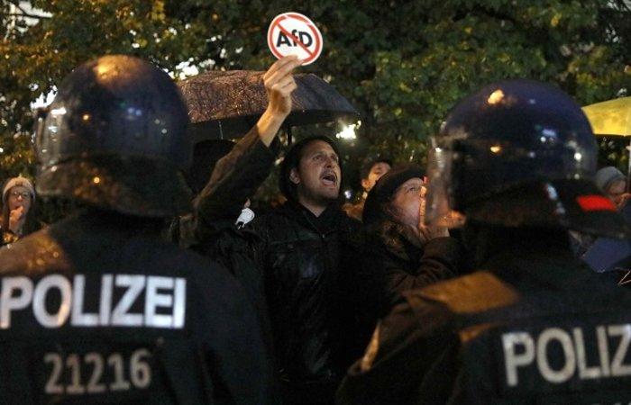 Ένταση σε αντιφασιστική συγκέντρωση στο Βερολίνο - εικόνα 2