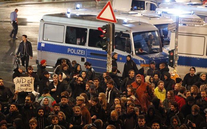 Ένταση σε αντιφασιστική συγκέντρωση στο Βερολίνο - εικόνα 3