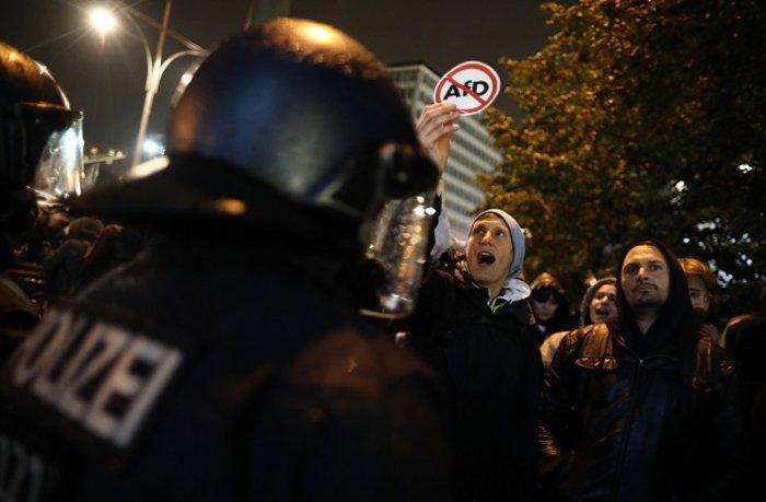 Ένταση σε αντιφασιστική συγκέντρωση στο Βερολίνο - εικόνα 4
