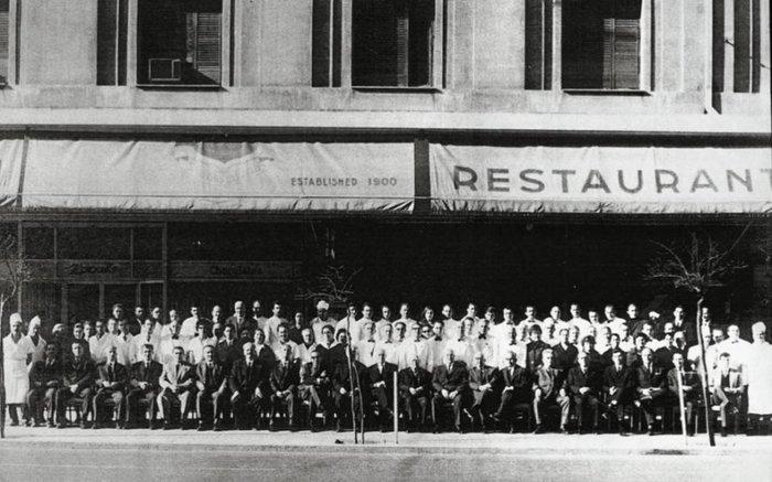 Το προσωπικό του καφέ - εστιατορίου σε φωτογραφία εποχής