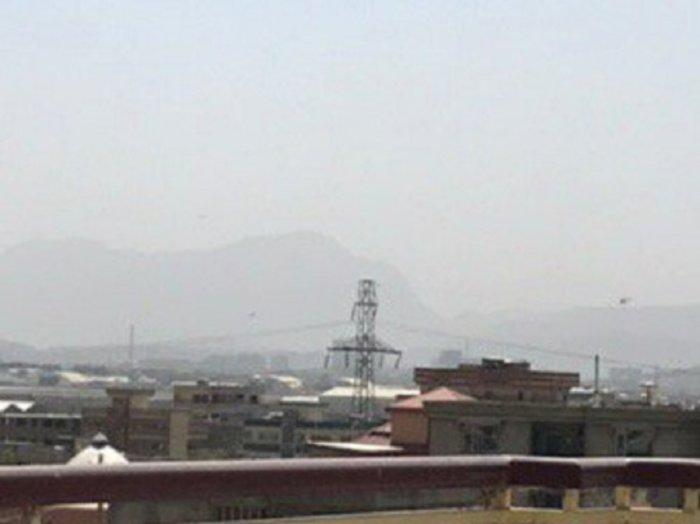 Πύραυλοι στο αεροδρόμιο της Καμπούλ μόλις προσγειώθηκε ο υπ. Αμυνας των ΗΠΑ
