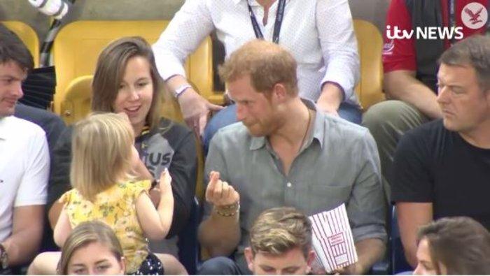 Κοριτσάκι κλέβει ποπ κορν από τον Χάρι & η αντίδρασή του είναι εκπληκτική - εικόνα 2