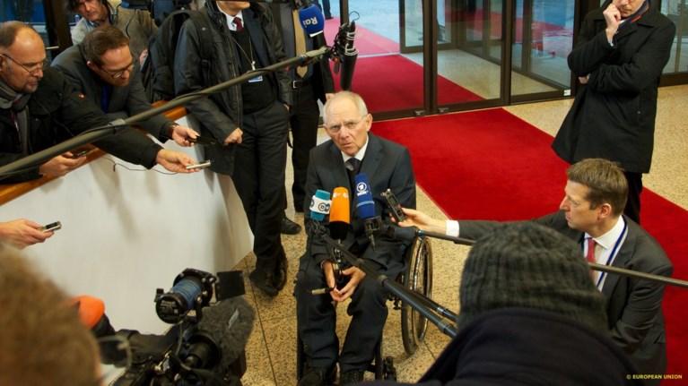 Bloomberg: Έλληνες μην ανοίγετε σαμπάνιες που φεύγει ο Σόιμπλε