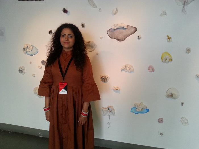 H 30χρονη Arushee μπροστά στο έργο της