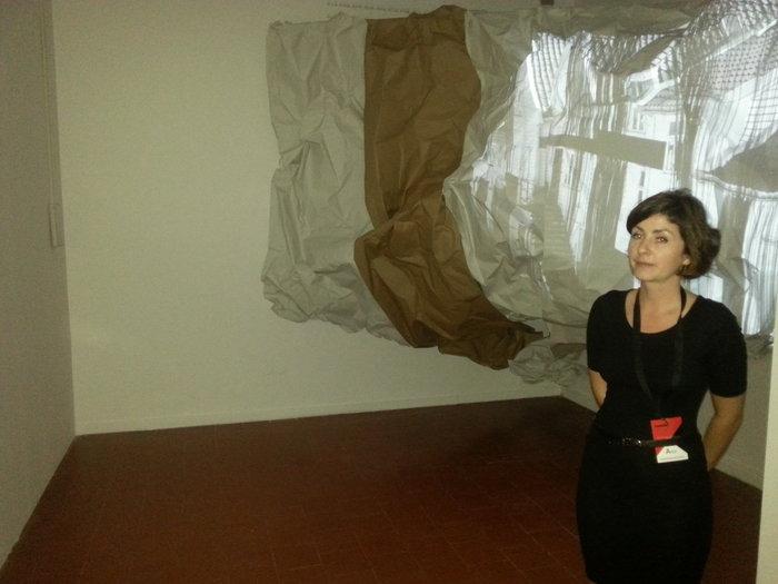Η 32χρονη Tatiana Stadnichenko μπροστά από το έργο της