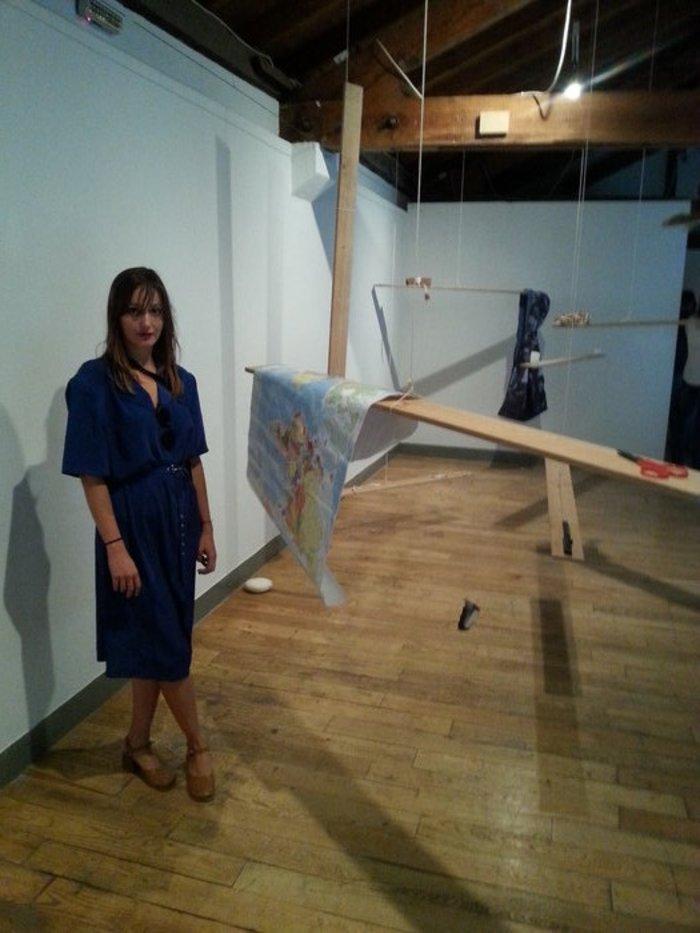 Η 29χρονη Νεφάλη Παπαδημούλη μπροστά από το έργο της