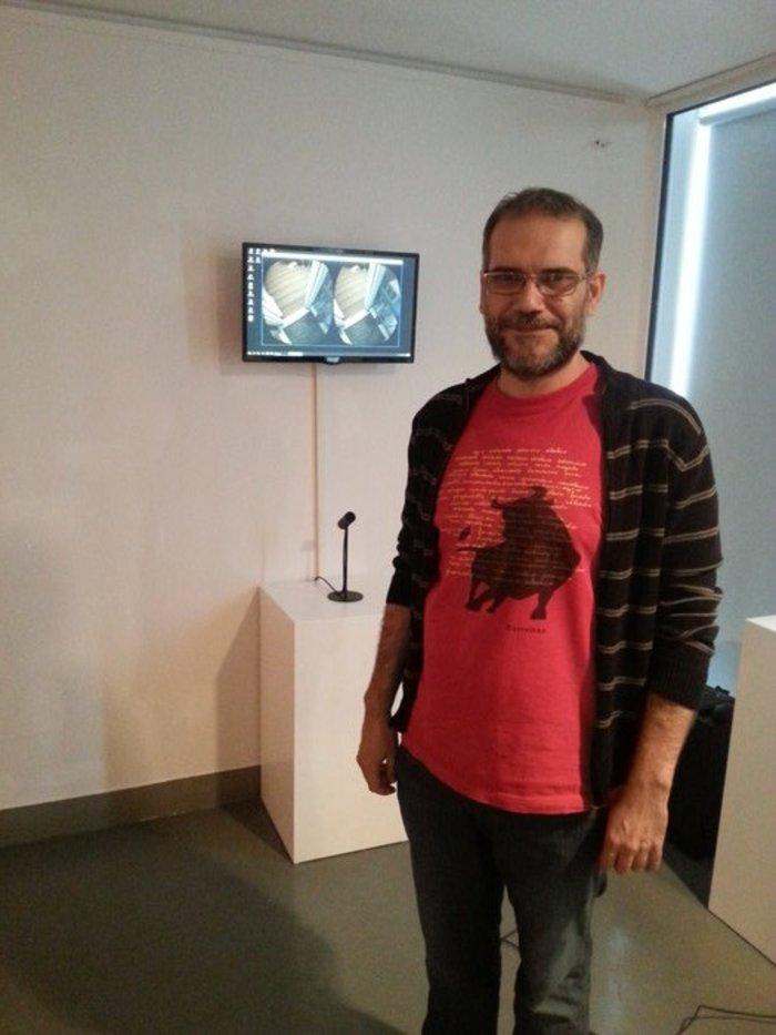 ο 45χρονος Μπάμπης Βενετόπουλος μπροστά από το έργο του