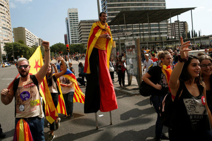 Χιλιάδες φοιτητές στους δρόμους της Βαρκελώνης υπέρ του δημοψηφίσματος ΦΩΤΟ