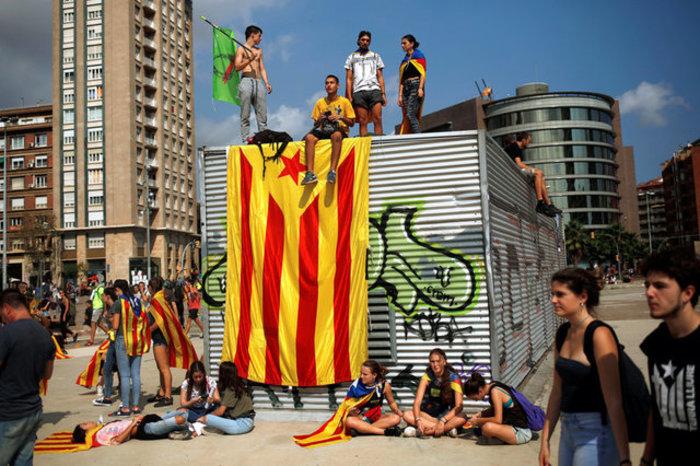 Χιλιάδες φοιτητές στους δρόμους της Βαρκελώνης υπέρ του δημοψηφίσματος ΦΩΤΟ - εικόνα 2