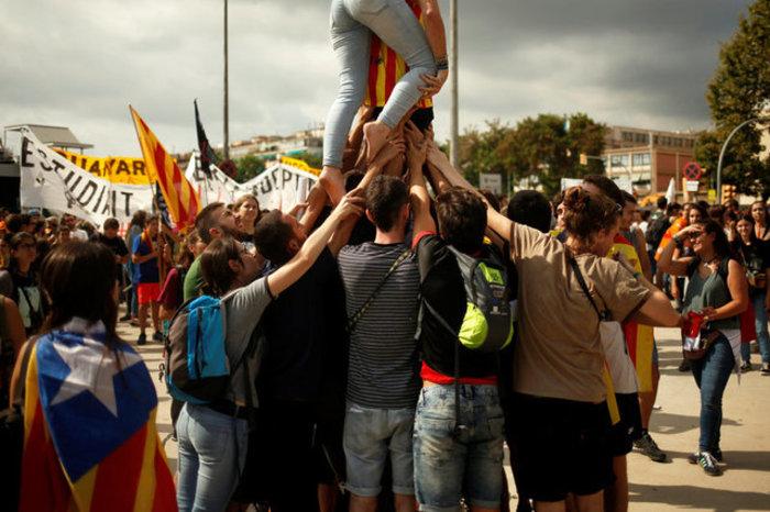 Χιλιάδες φοιτητές στους δρόμους της Βαρκελώνης υπέρ του δημοψηφίσματος ΦΩΤΟ - εικόνα 5