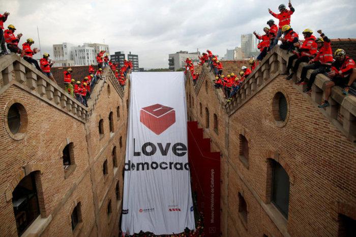 Χιλιάδες φοιτητές στους δρόμους της Βαρκελώνης υπέρ του δημοψηφίσματος ΦΩΤΟ - εικόνα 7