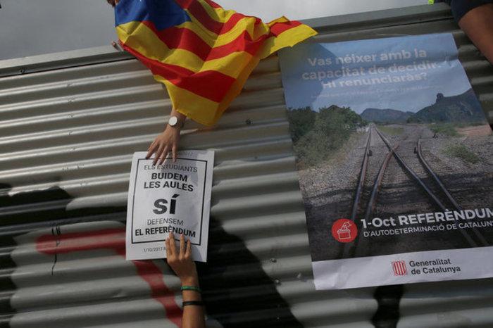 Χιλιάδες φοιτητές στους δρόμους της Βαρκελώνης υπέρ του δημοψηφίσματος ΦΩΤΟ - εικόνα 10