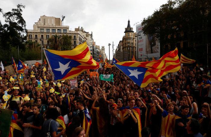 Χιλιάδες φοιτητές στους δρόμους της Βαρκελώνης υπέρ του δημοψηφίσματος ΦΩΤΟ - εικόνα 12