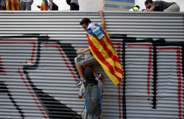 Πρωτοφανής ένταση για το δημοψήφισμα στην Καταλονία - εικόνα 3
