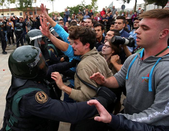 Καρέ καρέ τα βίαια επεισόδια στην Καταλονία για το δημοψήφισμα
