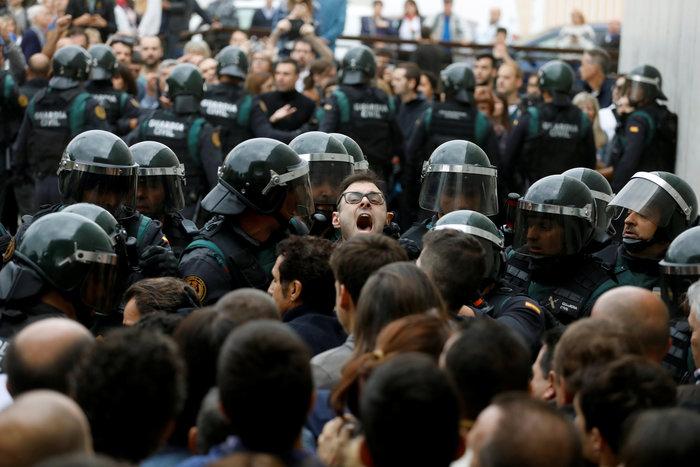 Καρέ καρέ τα βίαια επεισόδια στην Καταλονία για το δημοψήφισμα - εικόνα 3