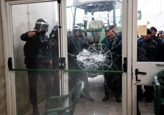 Καρέ καρέ τα βίαια επεισόδια στην Καταλονία για το δημοψήφισμα - εικόνα 4