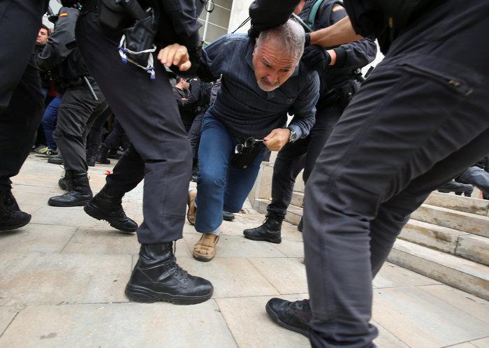 Καρέ καρέ τα βίαια επεισόδια στην Καταλονία για το δημοψήφισμα - εικόνα 6