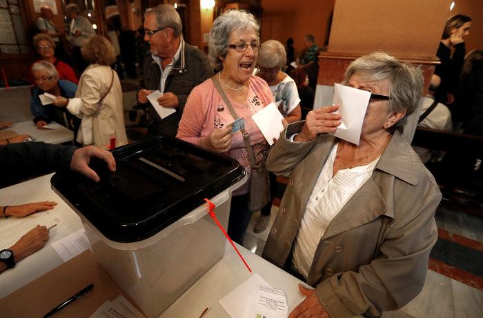 Καρέ καρέ τα βίαια επεισόδια στην Καταλονία για το δημοψήφισμα - εικόνα 10