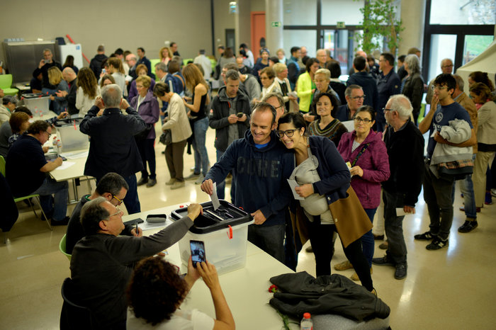 Καρέ καρέ τα βίαια επεισόδια στην Καταλονία για το δημοψήφισμα - εικόνα 12