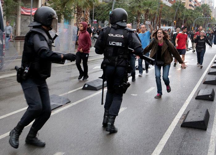 Καρέ καρέ τα βίαια επεισόδια στην Καταλονία για το δημοψήφισμα - εικόνα 7