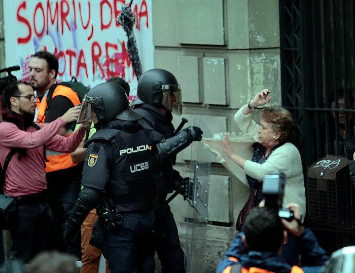 Καρέ καρέ τα βίαια επεισόδια στην Καταλονία για το δημοψήφισμα - εικόνα 9