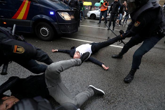 Καρέ καρέ τα βίαια επεισόδια στην Καταλονία για το δημοψήφισμα - εικόνα 11