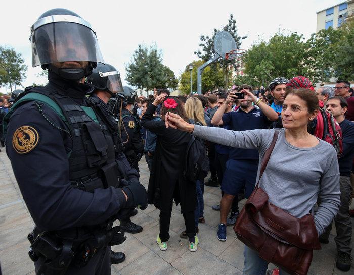 Καρέ καρέ τα βίαια επεισόδια στην Καταλονία για το δημοψήφισμα - εικόνα 13