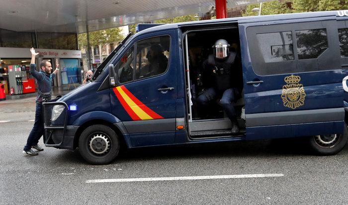 Καρέ καρέ τα βίαια επεισόδια στην Καταλονία για το δημοψήφισμα - εικόνα 15